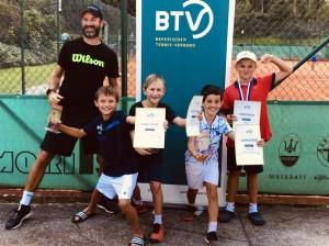 BTV-Talentkoordinator Christian Höhn , Samuel Gampenrieder, Vincent Schwarz (3.), Lorenzo Rauner (2.), Leo Distler (FC Schwand, 4.)